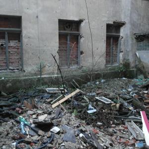 Na dvoře mezi budovami zůstala jen suť a věci, které nejdou zpeněžit.