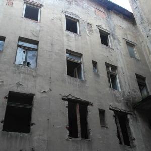 Zmizely téměř všechna okna v budově.