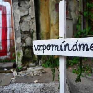 Před budovou Ostravice Textilie byl vztyčen tento symbolický křížek. Zanedlouho byl bohužel odstraněn.